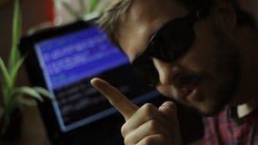 Στερεότυπο χάκερ που δείχνει στη κάμερα φιλμ μικρού μήκους