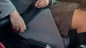 Στερεώνοντας ζώνη ασφαλείας ασφάλειας αυτοκινήτων γυναικών καθμένος μέσα του οχήματος πρίν οδηγεί απόθεμα βίντεο