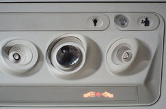 Στερεώστε το σημάδι ζωνών ασφαλείας στο αεροπλάνο Στοκ Φωτογραφία