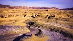Στεριά ερήμων γύρω από το λασπώδες ηφαίστειο στοκ εικόνες