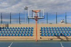 Στεφάνη καθισμάτων και καλαθοσφαίρισης στο στάδιο Στοκ Εικόνες