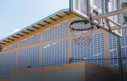 Στεφάνη καλαθοσφαίρισης με το μπλε ουρανό Στοκ φωτογραφία με δικαίωμα ελεύθερης χρήσης