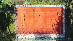 Στεφάνη καλαθοσφαίρισης που κρεμιέται στο ξύλινο υπόβαθρο πινάκων Παιδική χαρά στο κατώφλι του σπιτιού Αθλητικός εξοπλισμός για τ απόθεμα βίντεο