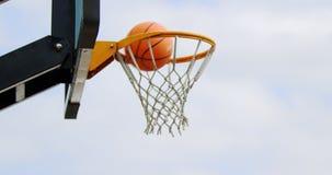 Στεφάνη καλαθοσφαίρισης στο γήπεδο μπάσκετ 4k φιλμ μικρού μήκους
