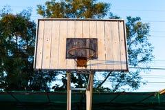 Στεφάνη καλαθοσφαίρισης στην μπλε ξύλινη και άσπρη βάση δομών σιδήρου Στοκ φωτογραφία με δικαίωμα ελεύθερης χρήσης