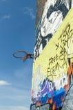 Στεφάνη καλαθοσφαίρισης Trashed στον τοίχο graffitti Στοκ Φωτογραφία