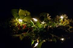 Στεφάνια με τα κεριά που επιπλέουν στον ποταμό Στοκ φωτογραφία με δικαίωμα ελεύθερης χρήσης