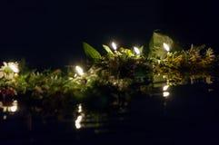 Στεφάνια με τα κεριά που επιπλέουν στον ποταμό Στοκ Εικόνα