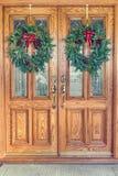 Στεφάνια Χριστουγέννων στις μπροστινές πόρτες στοκ φωτογραφία με δικαίωμα ελεύθερης χρήσης