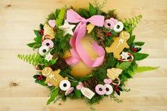 Στεφάνι διακοπών Χριστουγέννων με τα μπισκότα Στοκ Εικόνες