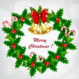 Στεφάνι ελαιόπρινου Χριστουγέννων με τα χρυσές κουδούνια και την καραμέλα ελεύθερη απεικόνιση δικαιώματος