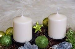 Στεφάνι εμφάνισης με τα άσπρα κεριά Στοκ εικόνα με δικαίωμα ελεύθερης χρήσης