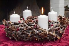 Στεφάνι εμφάνισης με τα κεριά Χριστουγέννων Στοκ Φωτογραφία