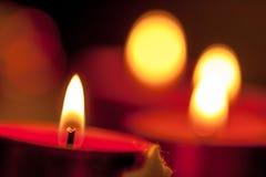 Στεφάνι εμφάνισης με τα φλεμένος κεριά στοκ εικόνα