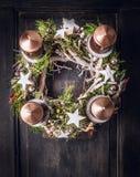 Στεφάνι εμφάνισης με deco Χριστουγέννων και τέσσερα κεριά Στοκ Φωτογραφίες