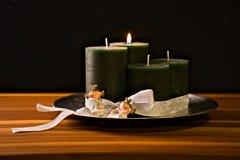 Στεφάνι εμφάνισης, τέσσερα κεριά, δύο πριγκήπισσες στοκ φωτογραφία με δικαίωμα ελεύθερης χρήσης