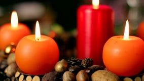 Στεφάνι εμφάνισης, στεφάνι Χριστουγέννων, κάψιμο κεριών απόθεμα βίντεο