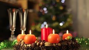 Στεφάνι εμφάνισης, στεφάνι Χριστουγέννων, κεριά που καίει την κίνηση απόθεμα βίντεο