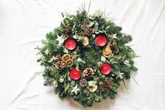 Στεφάνι εμφάνισης Χριστουγέννων που απομονώνεται στο άσπρο επιτραπέζιο υπόβαθρο Διακοσμημένος από τους αειθαλείς κλάδους δέντρων  στοκ φωτογραφία με δικαίωμα ελεύθερης χρήσης