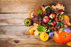 Στεφάνι ημέρας των ευχαριστιών με τα μήλα, πράσινα δρύινα φύλλα, μπλε λουλούδια Στοκ φωτογραφία με δικαίωμα ελεύθερης χρήσης