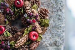 Στεφάνι διακοπών Χριστουγέννων σε ένα υπόβαθρο γρανίτη Στοκ Εικόνα