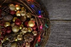 Στεφάνι και διακοσμήσεις Χριστουγέννων κλαδίσκων Στοκ φωτογραφία με δικαίωμα ελεύθερης χρήσης