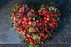 Στεφάνι καρδιών στον τάφο Στοκ φωτογραφίες με δικαίωμα ελεύθερης χρήσης