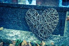 Στεφάνι καρδιών στον τάφο Στοκ φωτογραφία με δικαίωμα ελεύθερης χρήσης