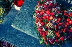 Στεφάνι καρδιών στον τάφο Στοκ Εικόνες