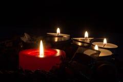 Στεφάνι κεριών Χριστουγέννων αναμμένο Στοκ Εικόνες