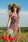 στεφάνι κοριτσιών λουλ&omicr όμορφο κορίτσι Ουκρανός Στοκ εικόνα με δικαίωμα ελεύθερης χρήσης