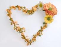 στεφάνι μορφής καρδιών λουλουδιών Στοκ φωτογραφία με δικαίωμα ελεύθερης χρήσης