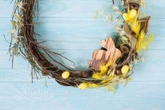 Στεφάνι Πάσχας με το ξύλινο λαγουδάκι Πάσχας, κίτρινα plumelets Στοκ εικόνες με δικαίωμα ελεύθερης χρήσης