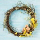 Στεφάνι Πάσχας με το ξύλινο λαγουδάκι Πάσχας, κίτρινα plumelets Στοκ Εικόνα