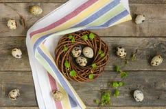 Στεφάνι Πάσχας με τρία αυγά ορτυκιών Στοκ Φωτογραφία