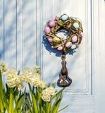 Στεφάνι Πάσχας στην πόρτα Η πόρτα του σπιτιού στοκ φωτογραφία με δικαίωμα ελεύθερης χρήσης
