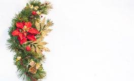 Στεφάνι πεύκων poinsettia διακοπών Χριστουγέννων faux με το άσπρο copyspace Στοκ φωτογραφία με δικαίωμα ελεύθερης χρήσης