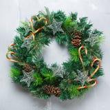 Στεφάνι πορτών Χριστουγέννων εμφάνισης με την εορταστική διακόσμηση Στοκ Εικόνες