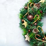 Στεφάνι πορτών Χριστουγέννων εμφάνισης με την εορταστική διακόσμηση Στοκ φωτογραφία με δικαίωμα ελεύθερης χρήσης