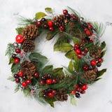 Στεφάνι πορτών Χριστουγέννων εμφάνισης με την εορταστική διακόσμηση Στοκ εικόνες με δικαίωμα ελεύθερης χρήσης