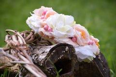 Στεφάνι που διακοσμείται με τα άσπρα λουλούδια Στοκ εικόνες με δικαίωμα ελεύθερης χρήσης