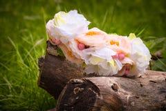 Στεφάνι που διακοσμείται με τα άσπρα λουλούδια Στοκ Εικόνες