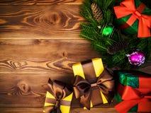 Στεφάνι στον ξύλινο πίνακα δώρο κιβωτίων που τυλίγεται νέο έτος έννοιας Χριστου&gamm στοκ φωτογραφία με δικαίωμα ελεύθερης χρήσης