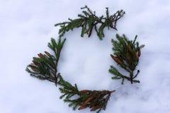 Στεφάνι του FIR με τα φω'τα κείμενο θέσεων πλαισίων Χριστουγέννων σας Στοκ Εικόνα