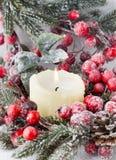 Στεφάνι Χριστουγέννων από τα κόκκινα μούρα, ένα γούνα-δέντρο και τους κώνους Στοκ φωτογραφία με δικαίωμα ελεύθερης χρήσης