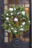 Στεφάνι Χριστουγέννων με στην πόρτα Στοκ Φωτογραφίες