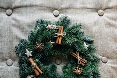 Στεφάνι Χριστουγέννων με την κανέλα διακοσμήσεων στο γκρι Στοκ Εικόνες