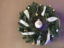 Στεφάνι Χριστουγέννων με την κορδέλλα Στοκ Εικόνες