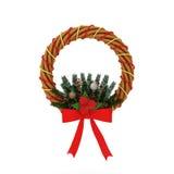 Στεφάνι Χριστουγέννων με την κόκκινη κορδέλλα και τη φυσική διακόσμηση ελεύθερη απεικόνιση δικαιώματος