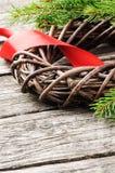 Στεφάνι Χριστουγέννων με την κόκκινη κορδέλλα Στοκ Εικόνες